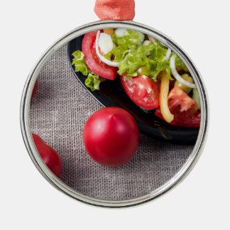 Frische Tomaten und Salat der Draufsicht der Silbernes Ornament