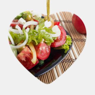 Frischer natürlicher Salat der Nahaufnahmeansicht Keramik Herz-Ornament