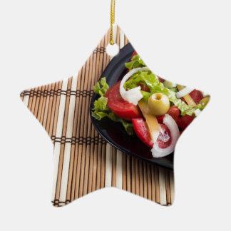 Frischer natürlicher Salat der Nahaufnahmeansicht Keramik Ornament