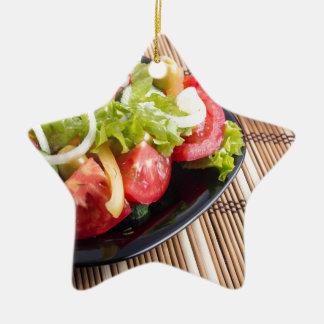 Frischer natürlicher Salat der Nahaufnahmeansicht Keramik Stern-Ornament