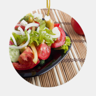 Frischer natürlicher Salat der Nahaufnahmeansicht Rundes Keramik Ornament