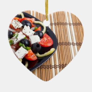 Frischer vegetarischer Salat in einer schwarzen Keramik Ornament