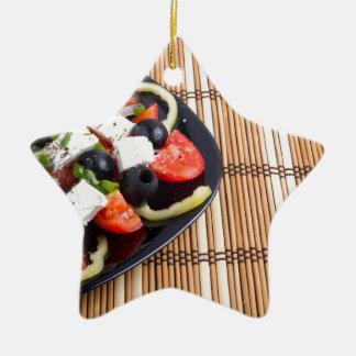 Frischer vegetarischer Salat in einer schwarzen Keramik Stern-Ornament