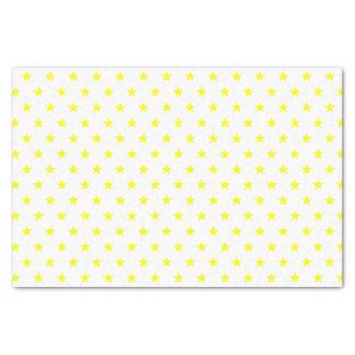 Fröhliche und helle gelbe Sterne am weißen Seidenpapier