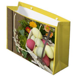 Frühlings-Blumen und Korb von Ostereiern Große Geschenktüte
