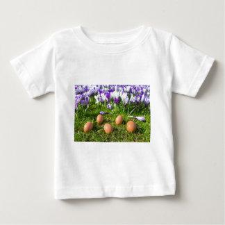 Fünf lose Eier, die nahe blühenden Krokussen Baby T-shirt