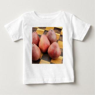 Fünf rote Birnen auf einem hölzernen Schachbrett Baby T-shirt
