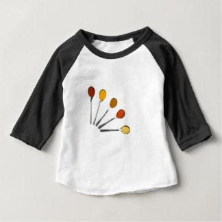 Fünf würzengewürze auf Metalllöffeln Baby T-shirt