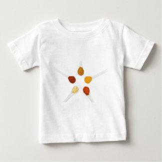 Fünf würzengewürze auf Porzellanlöffeln Baby T-shirt