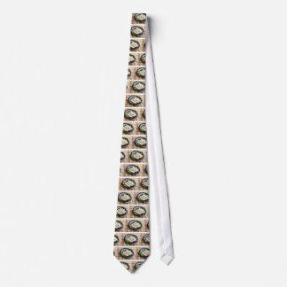 Gebackene Scheiben des Huhnfleisches auf einer Bedruckte Krawatte
