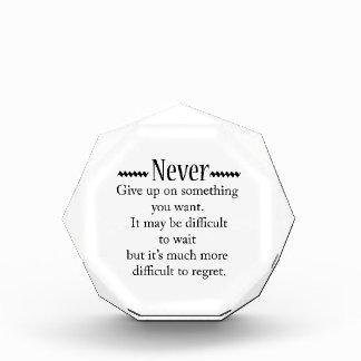 Geben Sie nie auf Acryl Auszeichnung