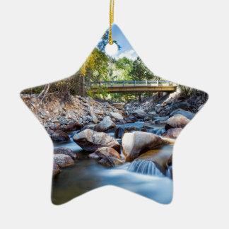 Gebirgsnebenfluss-Brücke Keramik Ornament