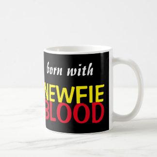 Geboren mit der Newfie Blut-Tasse Tasse