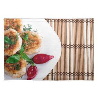 Gebratene Fleischklöschen des gehackten Huhns mit Stofftischset