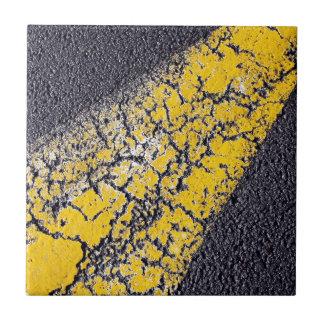 Gebrochene gelbe Farbe auf einer Straße Keramikfliese