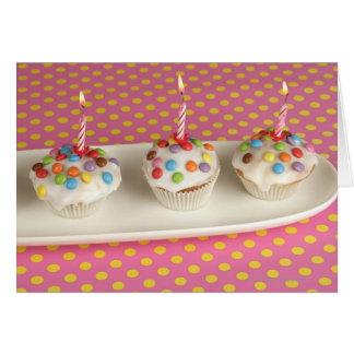 Geburtstagsmuffins mit Zuckerglasur, besprüht und Grußkarte