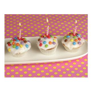 Geburtstagsmuffins mit Zuckerglasur, besprüht und Postkarten