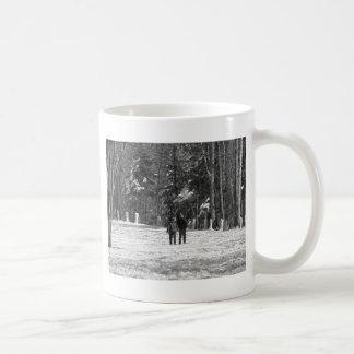 Gehen durch das Holz Tasse