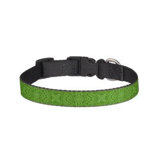 Gehendes Grün deckte Hundehalsbänder mit Ziegeln