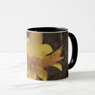 Gelbe asiatische Lilie auf alter grunged Leinwand Tasse