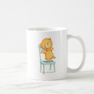 Gelbe Bärn-Tänze und Spiele auf Stuhl Tasse