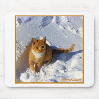 Gelbe Katze im Schnee Mousepads