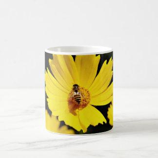 Gelbe Kosmos-Blume und Biene Tasse