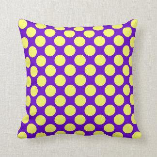 Gelbe Polka-Punkte mit lila Hintergrund Kissen