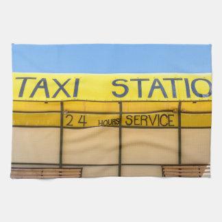 Gelbe Taxistation an der Küste in Griechenland Handtuch