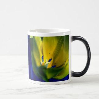 Gelbe Tulpe-verwandelnde Tasse