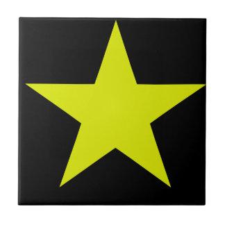 Gelber Stern und schwarze Fliese
