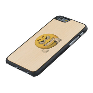 Gelber verärgerter Emoticon oder smiley Carved® iPhone 6 Hülle Ahorn