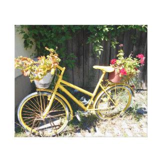 Gelbes Blumen-Fahrrad auf der Straße Leinwanddruck