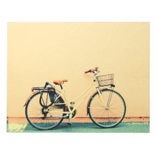Gelbes Rad des Fahrrad-Korb-Fahrrad-zwei Notizblock