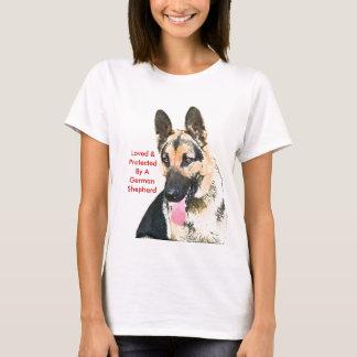 Geliebt u. durch einen Schäferhund geschützt T-Shirt