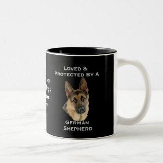 Geliebt u. durch einen Schäferhund geschützt Zweifarbige Tasse