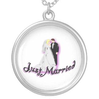 Gerade verheiratete Hochzeits-Paare Versilberte Kette