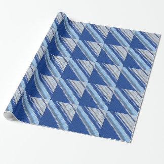 Geschenk-Verpackung - Häkelarbeit in den blauen Geschenkpapier