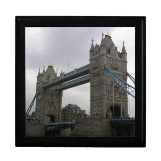 Geschenkboxen mit Turm-Brücke über der Themse
