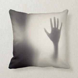Gespenstische Hand auf dem Kissen