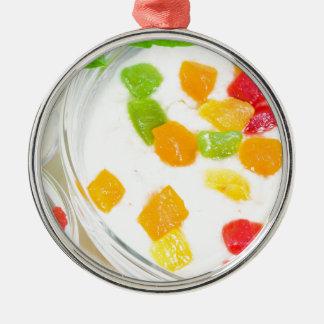 Gesunde Hafermehlnahaufnahme mit bunten Früchten Rundes Silberfarbenes Ornament