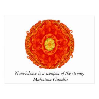Gewaltlosigkeit ist eine Waffe vom starken. - Postkarte