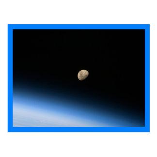 Gibbous Mond von der Bahn-Blau-Grenze Postkarte