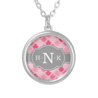 Girly rosa Kamm-Muschel-Muster-Grau-Monogramm Halskette Mit Rundem Anhänger