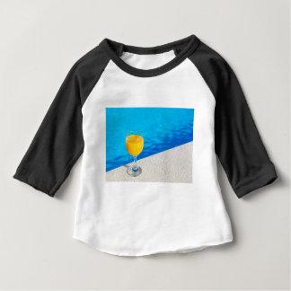 Glas mit Orangensaft auf Rand des Swimmingpools Baby T-shirt