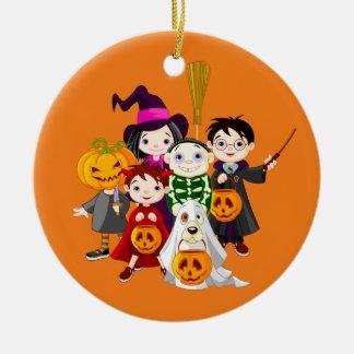 Glückliche Halloweentrick-oder -Leckerei-Kinder Keramik Ornament
