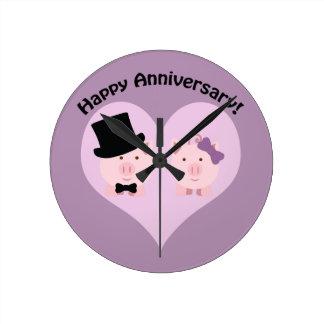 Glückliche Jahrestags-Schwein-Paare Wanduhr