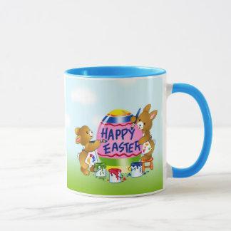 Glückliche Osterhasen, die Eier verzieren Tasse