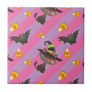 Glücklicher kleiner Halloweenschläger und -katze Kleine Quadratische Fliese