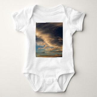 Glühende Wolken Baby Strampler